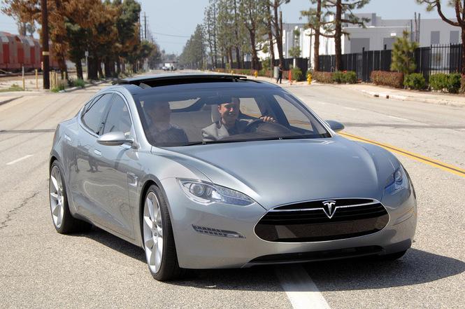 Tesla Model S. Внутри Элон Маск - основатель бренда.